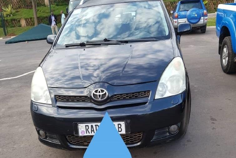 Imodoka Toyota Corolla Verso yo muri 2005, igurishwa 7,500,000frw